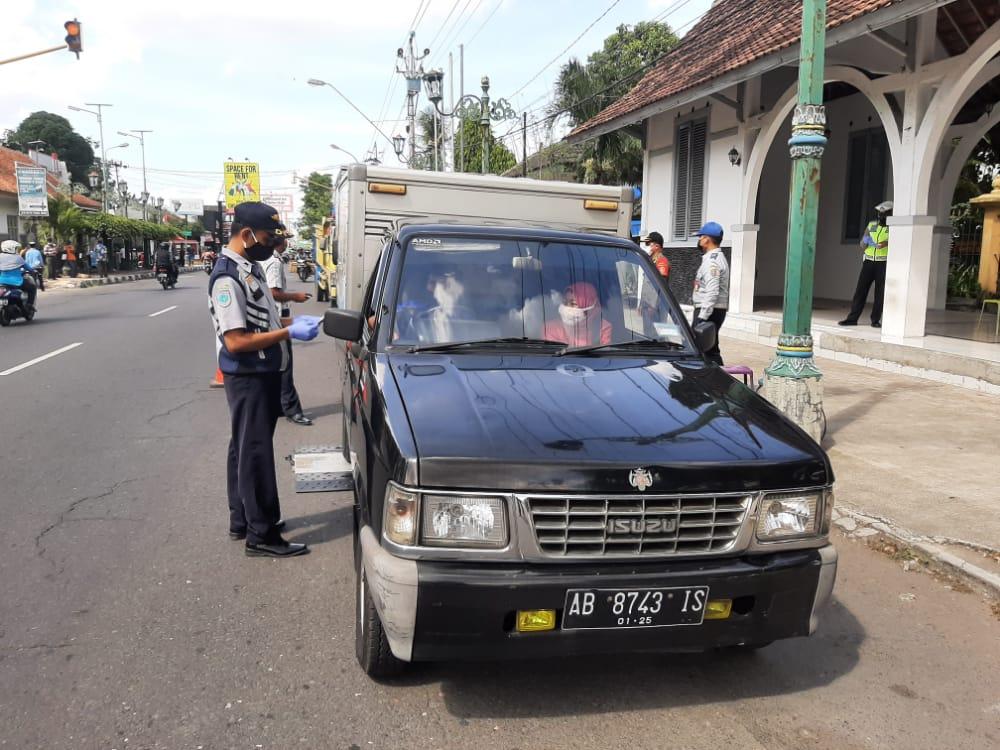 Penjagaan dan Pengecekan Kendaraan di Titik Lokasi Penyekatan pada masa PPKM